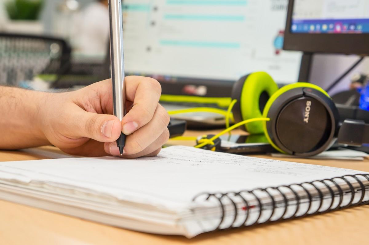 Freimaurer werden: Hand mit Stift und Schreibblock