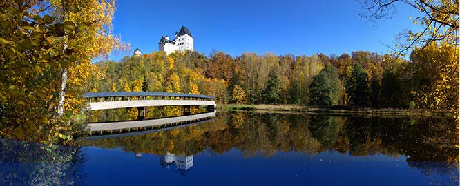 Schloss Burgk, fotografiert aus dem Tal am Flussufer