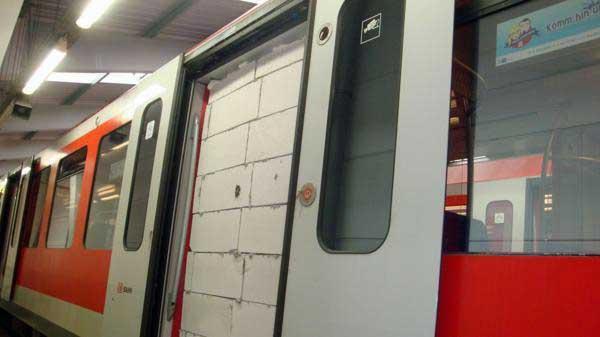 Foto zeigt S-Bahn-Wagen mit zugemauerter Tür