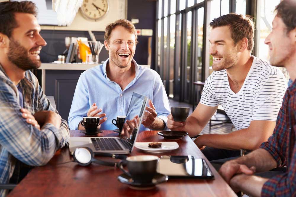 Gruppe von Männern im Kaffeehaus