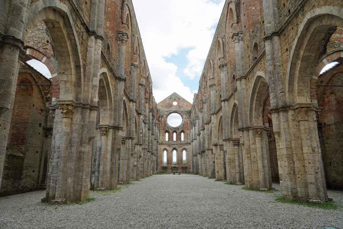 Innenhof einer Ruine einer Kathedrale